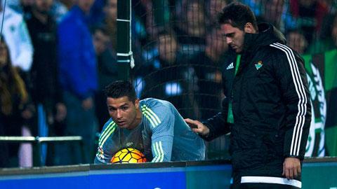 Ronaldo bị CĐV Betis nhổ nước bọt